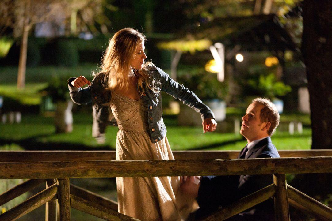 Dumm gelaufen: Als David (Marc Ben Puch, r.) Katharina (Marie Burchard, l.) einen Heiratsantrag macht, ahnt er nicht, dass er statt der jungen Ärzti... - Bildquelle: Maor Waisburd SAT.1