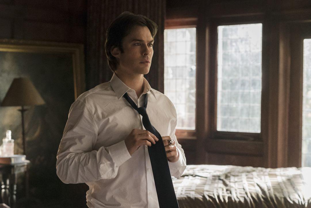 Vampire Diaries Früher und Heute: Damon Heute - Bildquelle: © Warner Bros. Entertainment Inc