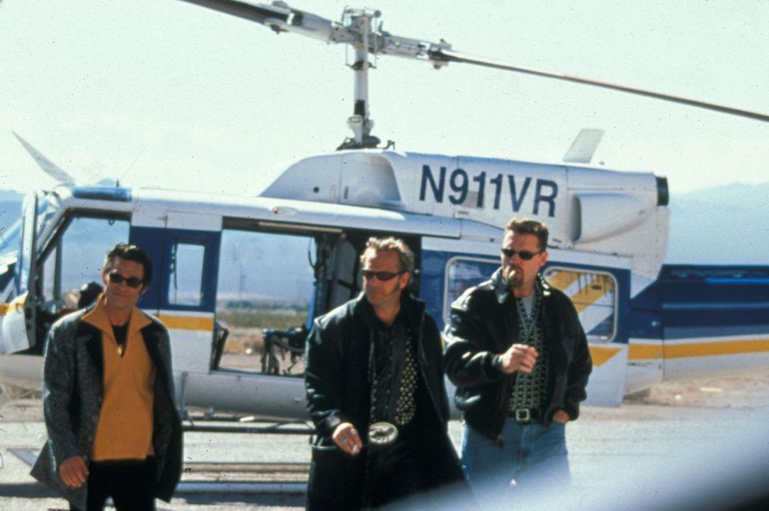Eines Tages beschließen Michael (Kurt Russell, l.) und Murphy (Kevin Costner, M.) das Riviera-Casinohotel in Las Vegas auszurauben. Den Ort des Verb... - Bildquelle: Francise Pictures