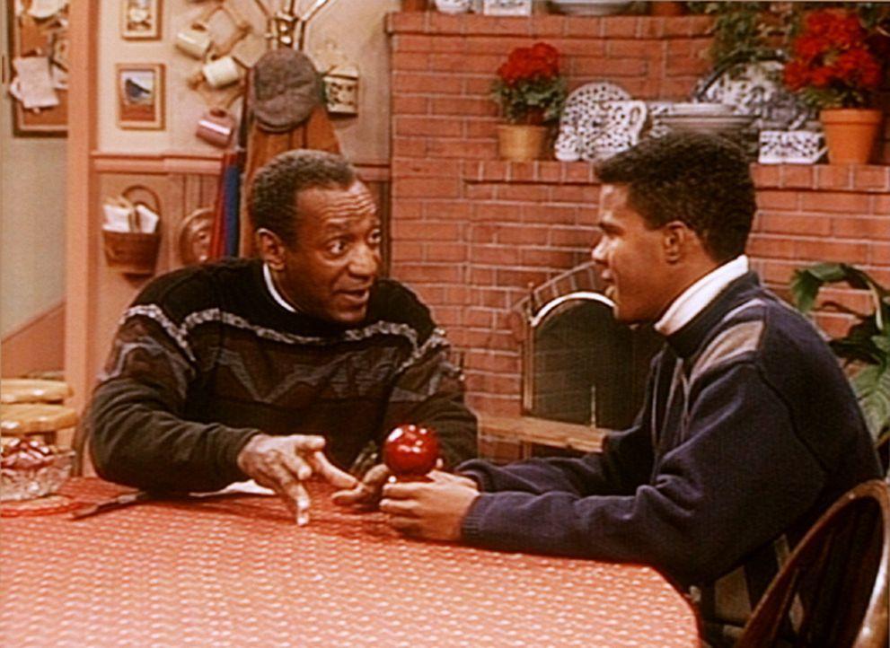 Cliff (Bill Cosby, l.) erklärt Jeremy (Christopher Carter-Hooks, r.) mit einem Apfel, wie das so mit Männern und Frauen ist. - Bildquelle: Viacom