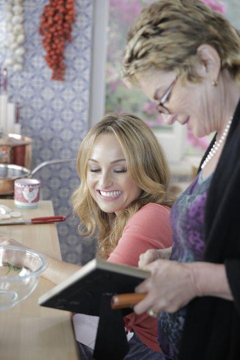 Zusammen mit ihrer Tante Raffy (r.) kocht Giada (l.) jede Menge Pasta und wandelt gleichzeitig auf den Spuren ihrer Vorfahren ... - Bildquelle: 2015,Television Food Network, G.P. All Rights Reserved