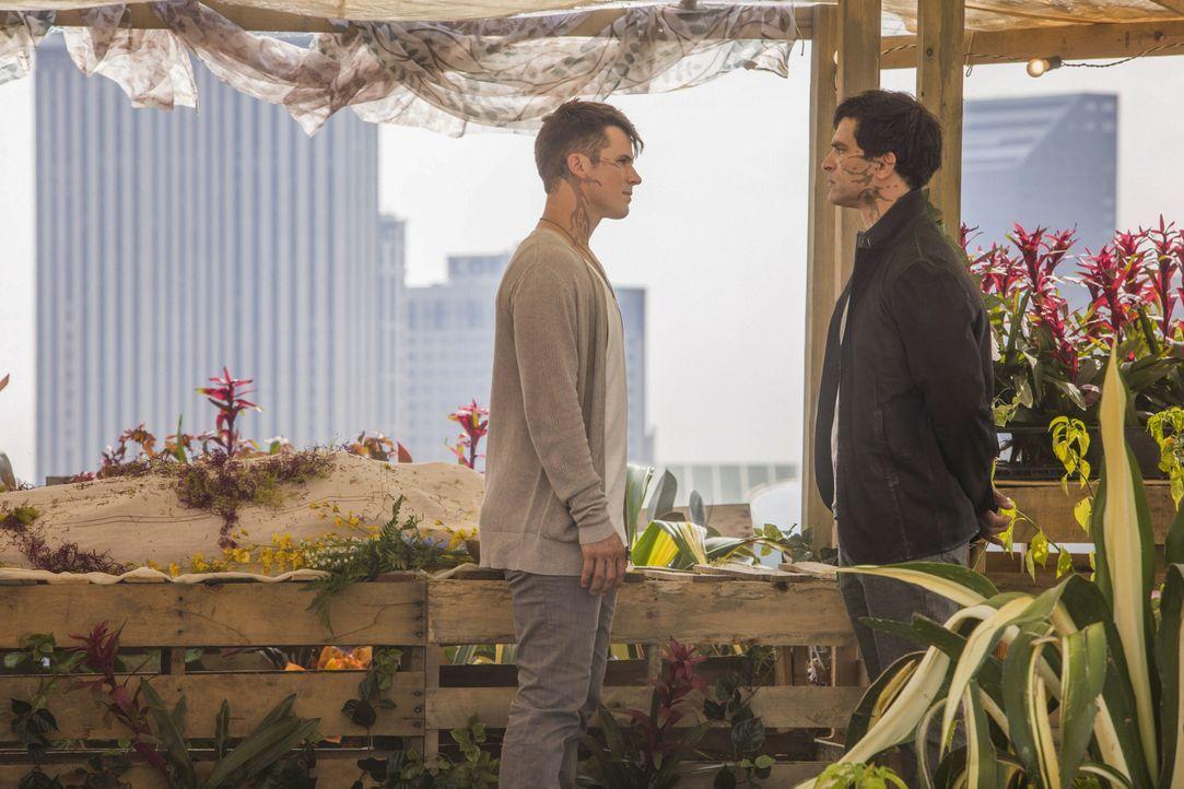 Romans (Matt Lanter, l.) Onkel Castor (Johnathon Schaech, r.) taucht nach Nox' Tod bei der Familie auf und bietet seine Hilfe an. Doch Roman ist ske... - Bildquelle: 2014 The CW Network, LLC. All rights reserved.