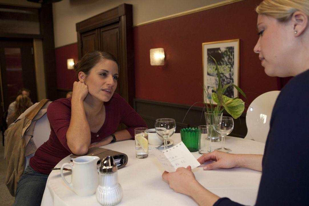 Miriam (Caroline Maria Frier, r.) gesteht Bea (Vanessa Jung, l.), dass sie Interesse an Sebastian hat ... - Bildquelle: SAT.1