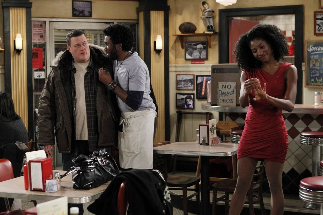 Als Samuel (Nyambi Nyambi, M.) eine hübsche Frau namens Amira (Diarra Kilpatrick, r.) kennenlernt, flunkert er etwas, was sein Leben betrifft. Doch... - Bildquelle: Warner Brothers