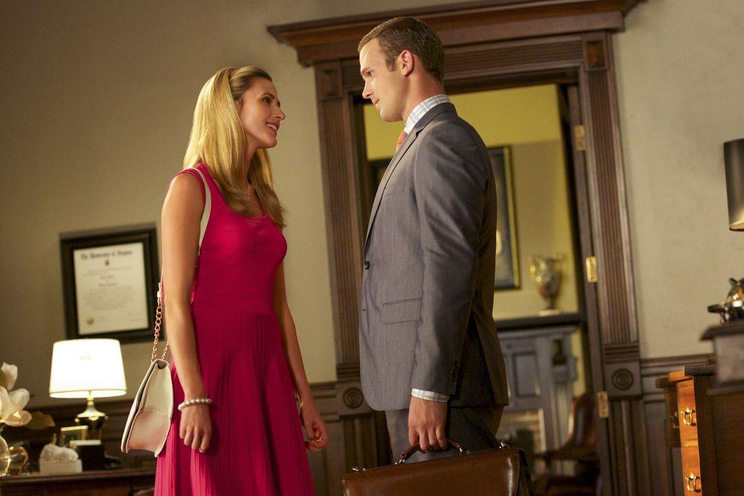Shelby (Megan Ketch, l.) bittet ihren Exmann Roy (Cam Gigandet, r.) um Hilfe, nachdem ein Immobiliendeal nicht so abgelaufen ist, wie erhofft ... - Bildquelle: 2013 CBS BROADCASTING INC. ALL RIGHTS RESERVED.