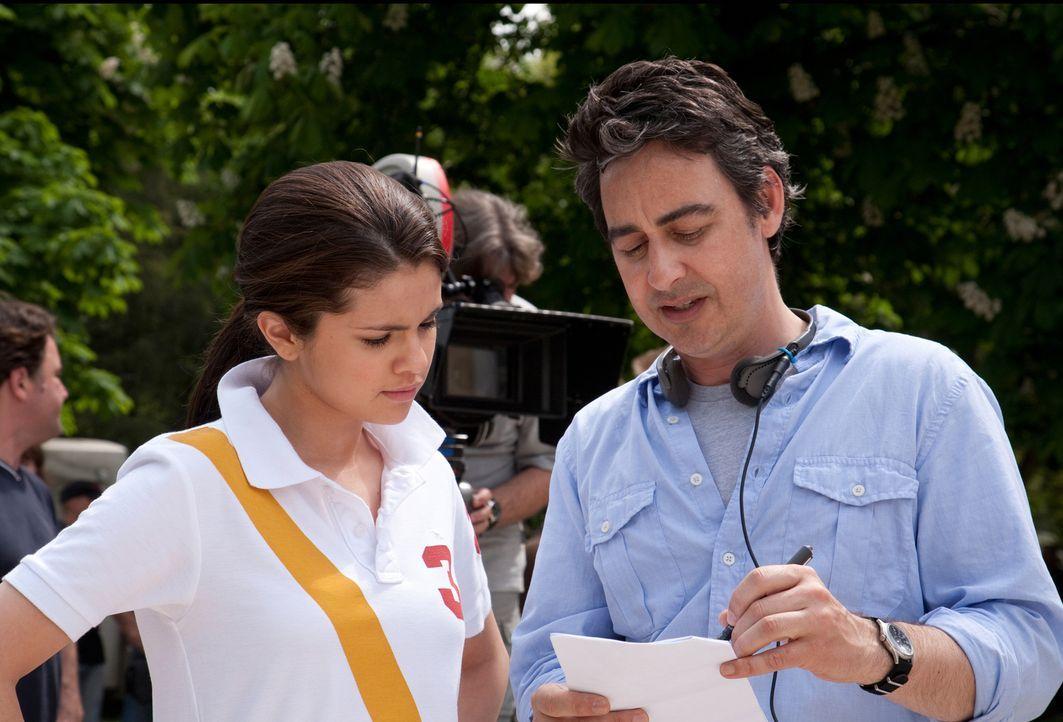 Regisseur Thomas Bezucha, r. mit Hauptdarstellerin Selena Gomez, l. - Bildquelle: Larry D Horricks 2011 Twentieth Century Fox Film Corporation. All rights reserved.