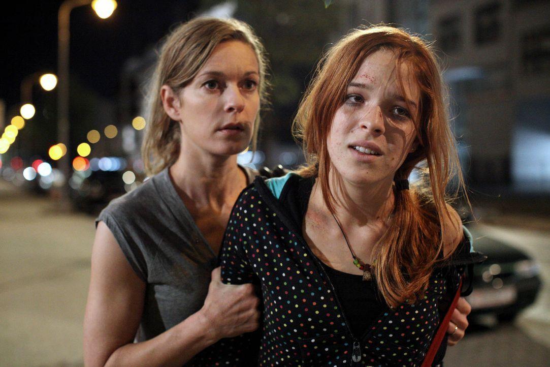 Verzweifelt versucht Maria (Lisa Martinek, l.) ihre Tochter (Nikola Rudle, r.) aus den Fängen des Junkies Robi zu befreien. Als gutes Zureden nicht... - Bildquelle: SAT.1
