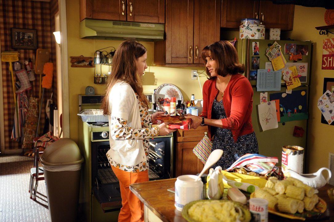 Frankie (Patricia Heaton, r.) möchte Sue (Eden Sher, l.) in die Geheimnisse des Kuchenbackens einführen, doch ihre Tochter stellt sich als nicht son... - Bildquelle: Warner Brothers