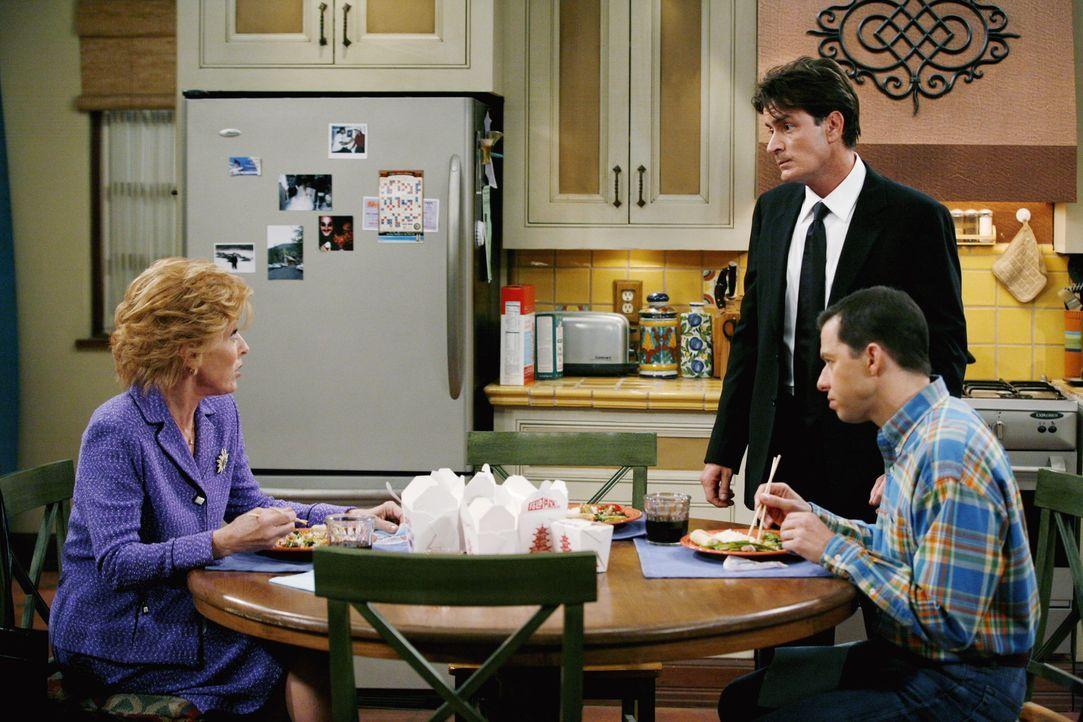 Charlie (Charlie Sheen, M.) ist nervös, als er dann doch zum Bankett geht, deshalb gibt Evelyn (Holland Taylor, l.) ihm eine ihrer Beruhigungspille... - Bildquelle: Warner Brothers Entertainment Inc.