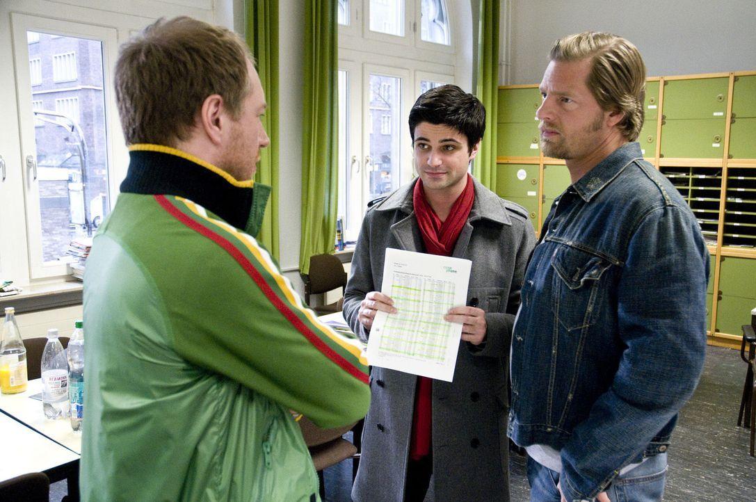 Mick (Henning Baum, r.) und Andreas (Max Grill, M.) konfrontieren den Lehrer Thomas Meyer (Rainer Sellien, l.) mit den verräterischen Handynummern,... - Bildquelle: SAT.1