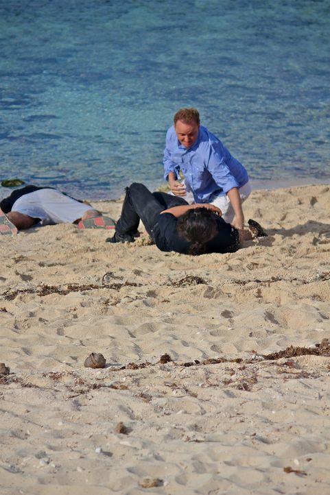 Holt (Bart Baggett, sitzend) kämpft verzweifelt gegen zwei finstere Typen, die ihn im Auftrag des reichen und wahnsinnigen Tiburon auf eine entlegen... - Bildquelle: 2012, THE INSTITUTION, LLC. All Rights Reserved.