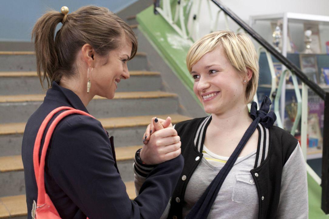 Jenny (Lucy Scherer, r.) nimmt den Druck des Outings endgültig von Emma (Kasia Borek, l.) ... - Bildquelle: SAT.1
