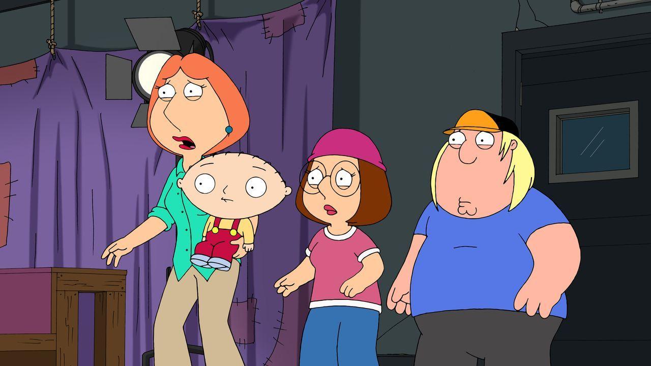 Lois (l.), Stewie (2.v.l.), Megan (2.v.r.) und Chris (r.) sind entsetzt von der Show ihres Vaters und Ehemannes ... - Bildquelle: 2011 Twentieth Century Fox Film Corporation. All rights reserved.