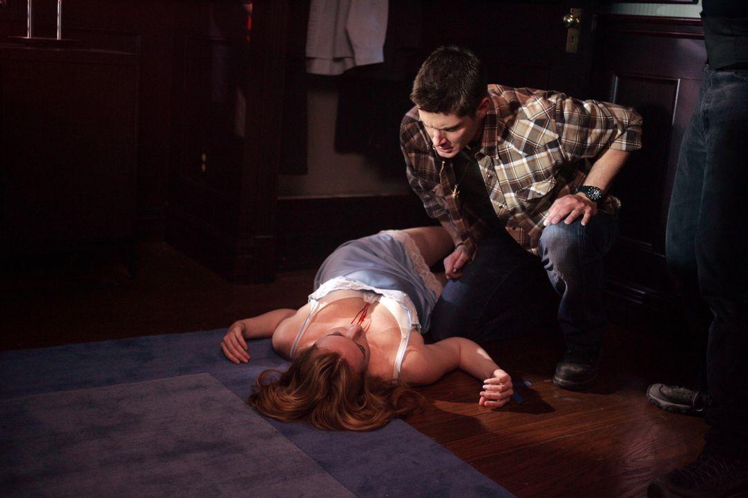 Dean (Jensen Ackles, r.) steht vor einem Rätsel - wer oder was hat Sherri (Georgia Craig, liegend) auf dem Gewissen? - Bildquelle: Warner Bros. Television