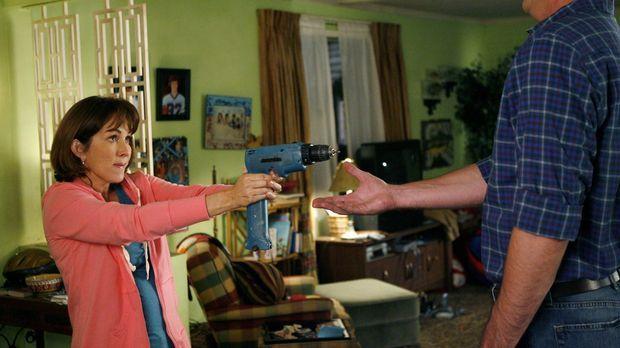 Obwohl Mike (Neil Flynn, r.) die Haustür kaputt gemacht hat, verlangt Frankie...