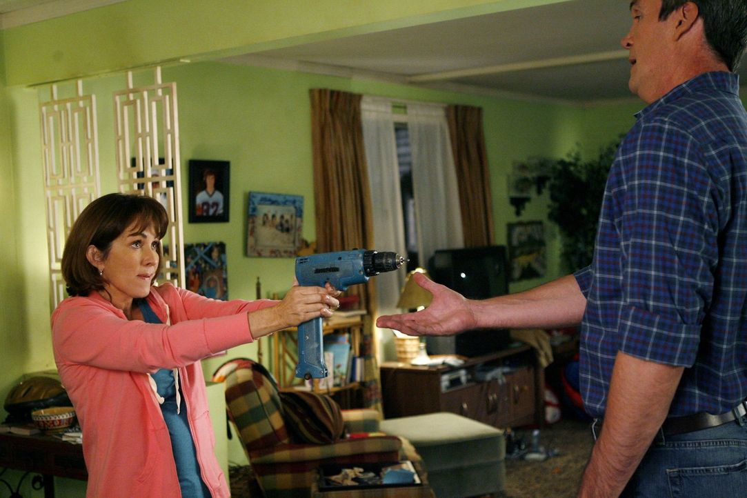 Obwohl Mike (Neil Flynn, r.) die Haustür kaputt gemacht hat, verlangt Frankie (Patricia Heaton, l.), dass Axl sie repariert, um für sein vorlautes V... - Bildquelle: Warner Brothers