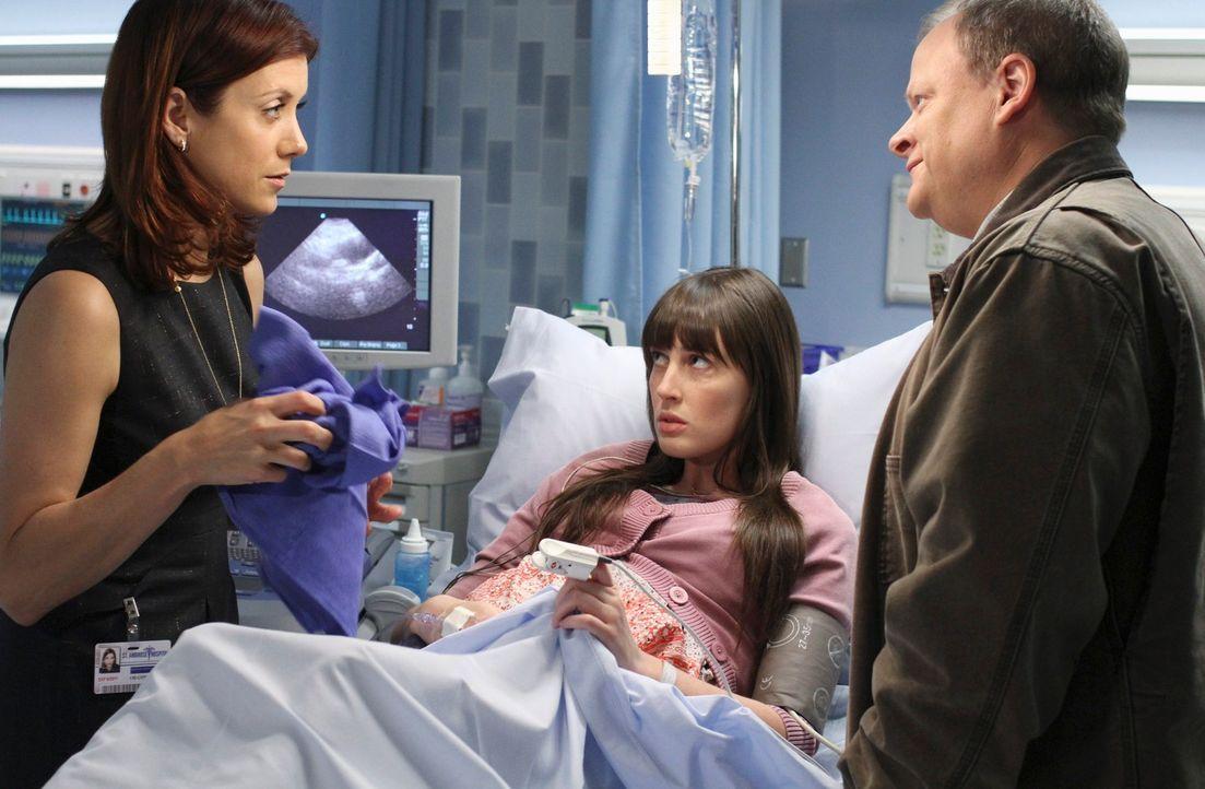 Noch ahnen Addison (Kate Walsh, l.) und die anderen Ärzte nicht, dass George (Larry Clarke, r.) nicht Kims (Sarah Hagan, M.) leiblicher Vater ist u... - Bildquelle: ABC Studios