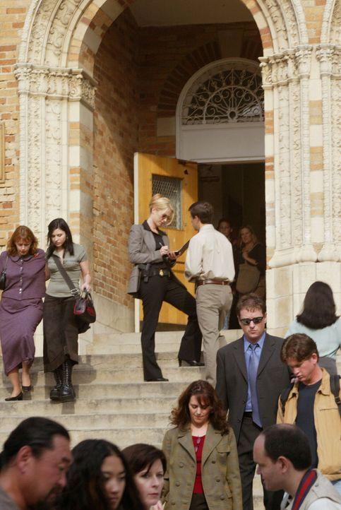 Ein verschwundener Schulbus voller Studenten hält die Spezialeinheit auf Trab. Samantha Spade (Poppy Montgomery, hinten M.) bei ihren Ermittlungen. - Bildquelle: Warner Bros. Entertainment Inc.