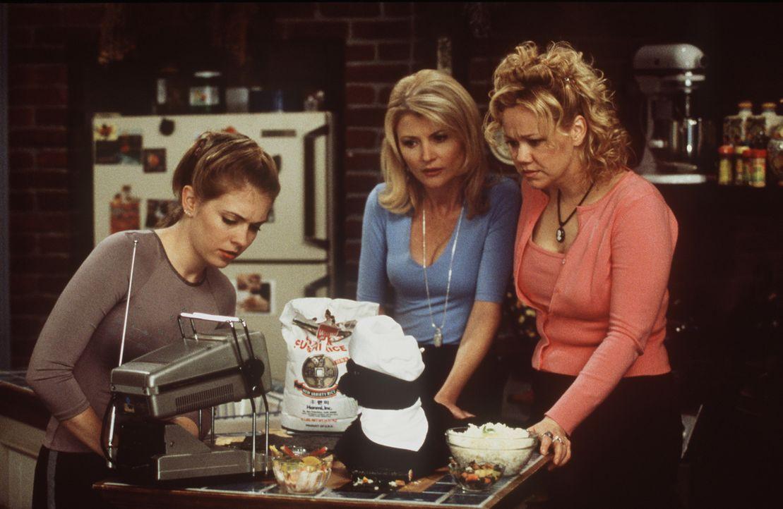 Sabrina (Melissa Joan Hart, l.), Zelda (Beth Broderick, M.) und Hilda (Caroline Rhea, r.) fordern Salem auf, eines seiner potenziellen neun Leben zu... - Bildquelle: Paramount Pictures