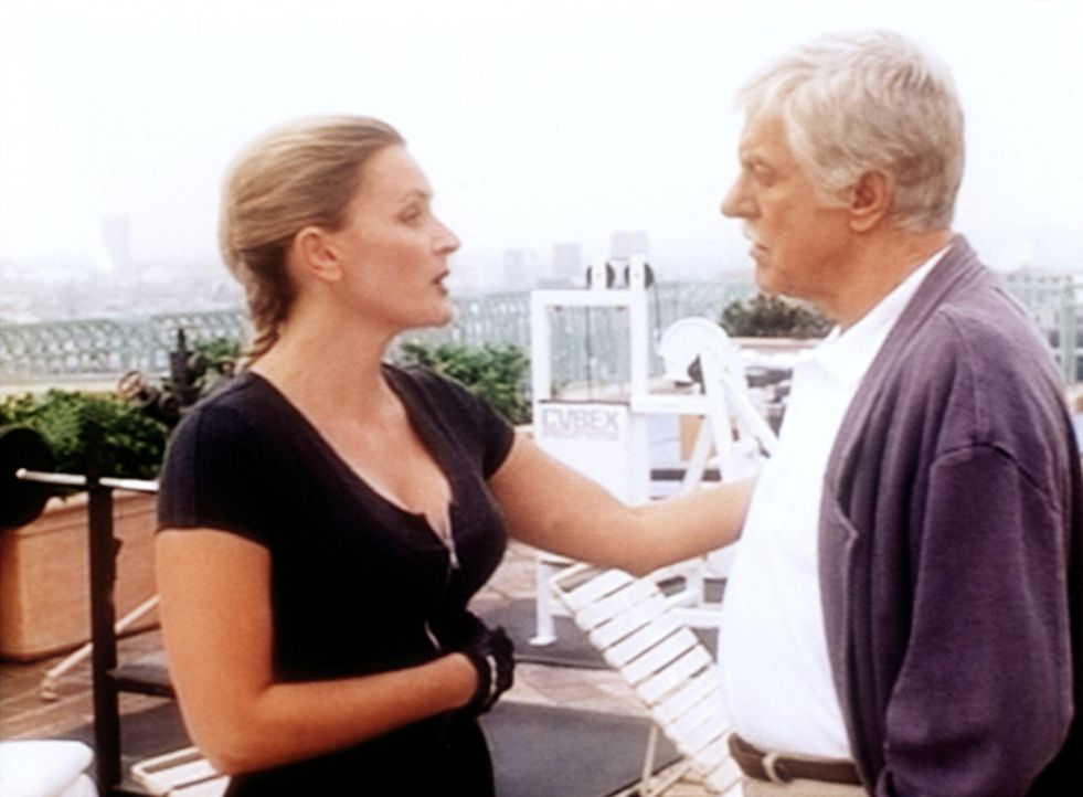 Didi Harris (Denise Crosby, l.), die Managerin des Fitness-Clubs, wird von Mark (Dick Van Dyke, r.) befragt, ob sie zum Mord an ihrer Chefin etwas a... - Bildquelle: Viacom