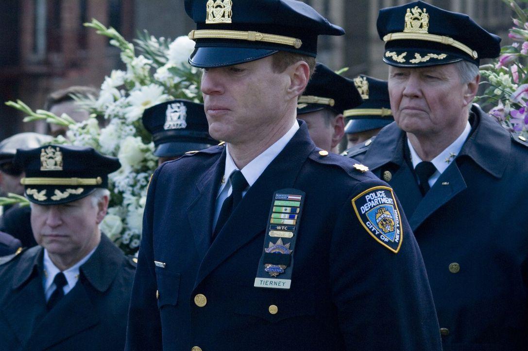 Während die Trauerfeier für die ermordeten Polizisten stattfindet, macht sich Detective Ray Tierney daran, die Umstände der schief gelaufenen Razzia... - Bildquelle: 2008   Warner Brothers