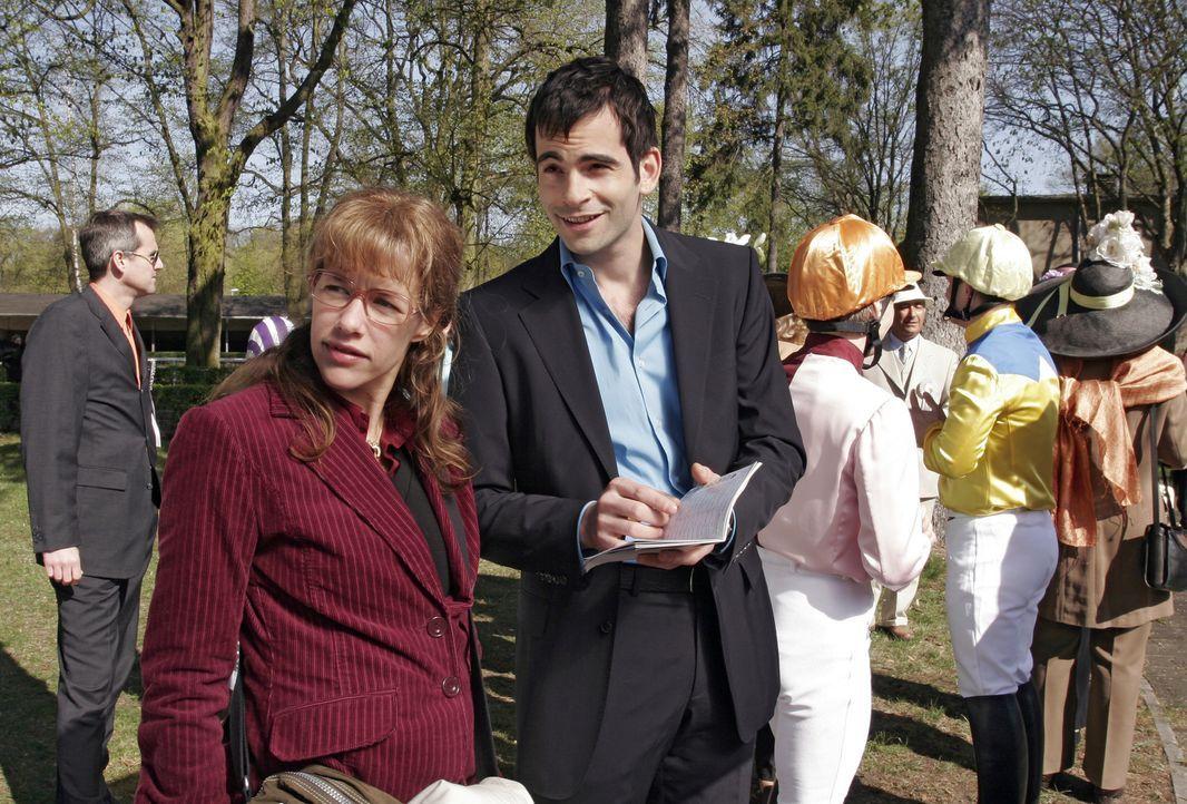David (Mathis Künzler, r.) zeigt Lisa (Alexandra Neldel, l.) die Rennbahn, bevor das Derby startet. (Dieses Foto von Alexandra Neldel darf nur in Zu... - Bildquelle: Noreen Flynn Sat.1