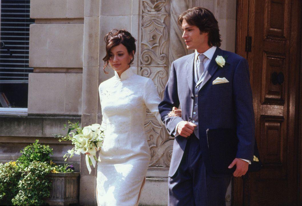 Carmen (Natalia Verbeke, l.) hat sich entschieden: Sie heiratet Barnaby (James D'Arcy, r.), den sie liebt, aber nicht begehrt. Da kommt es noch in d...