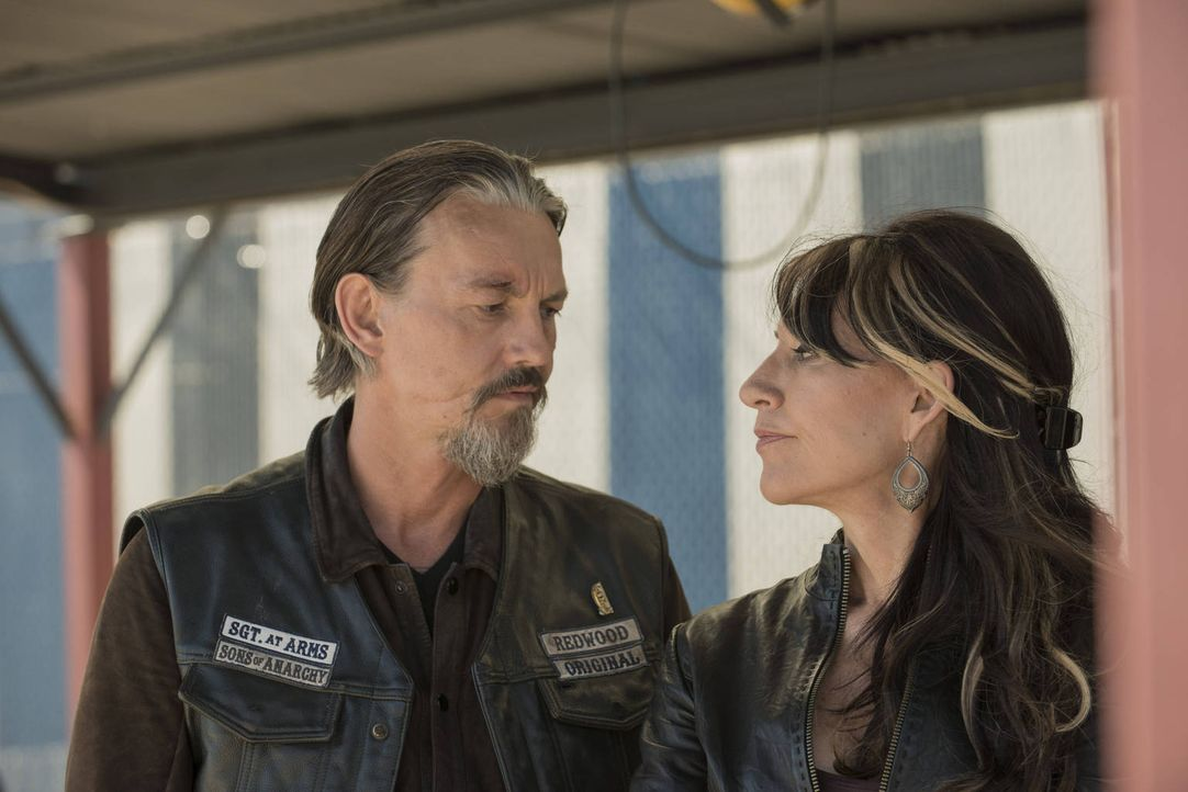 Für Chibs (Tommy Flanagan, l.) und Gemma (Katey Sagal, r.) ist der Club ihr Leben ... - Bildquelle: 2012 Twentieth Century Fox Film Corporation and Bluebush Productions, LLC. All rights reserved.