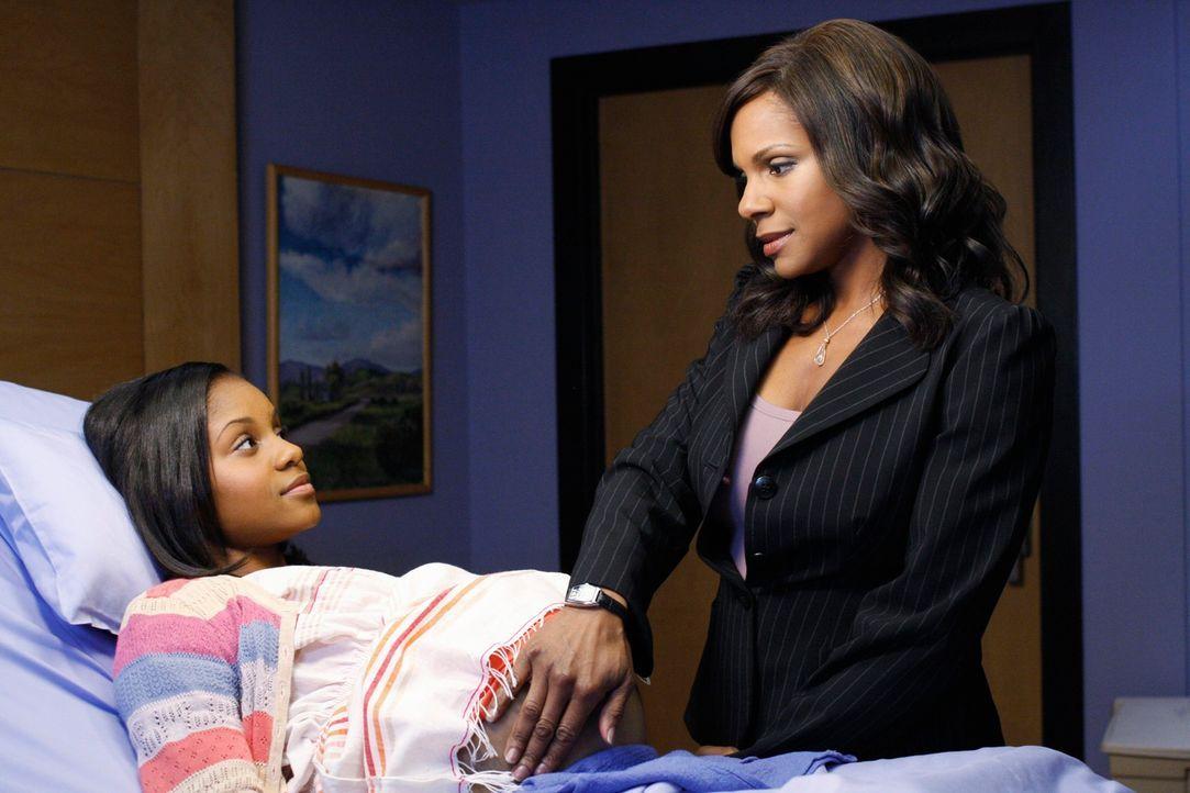 Routineuntersuchung: Naomi (Audra McDonalds, r.) kümmert sich liebevoll um ihre Tochter Maya (Geffri Maya, l.) ... - Bildquelle: ABC Studios