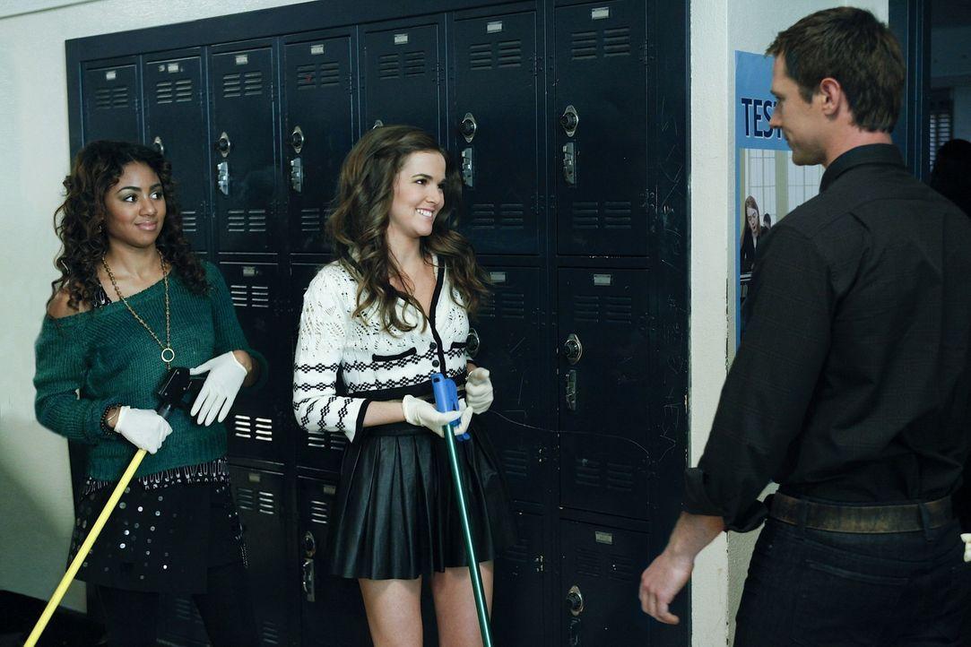 Mr. Carpenter (Jason Dohring, r.) ist mehr als überrascht, dass Juliet (Zoey Deutch, M.) und Andrea (Chelsea Tavares, l.) sich plötzlich für Umwe... - Bildquelle: 2011 THE CW NETWORK, LLC. ALL RIGHTS RESERVED