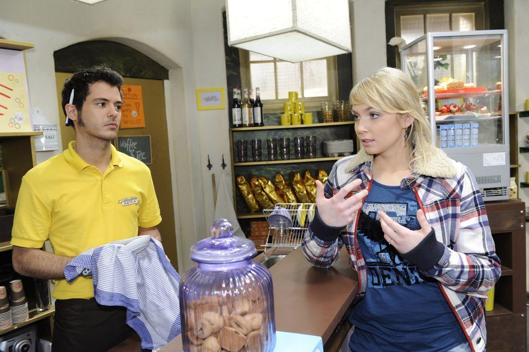Lily (Jil Funke, r.) wartet vergeblich auf eine Nachricht von Jojo. Maik (Sebastian König, l.) versucht sie zu beruhigen, doch ihr wird mehr und me... - Bildquelle: SAT.1