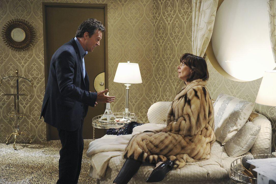 Ben (Matthew Perry, l.) hat herausgefunden, dass Crystal (Allison Janney, r.) jedes Jahr an einem bestimmten Datum immer die unsinnigsten Anschaffun... - Bildquelle: Sony Pictures Television Inc. All Rights Reserved.
