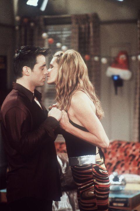 Endlich darf Joey (Matt LeBlanc, l.) seine Traumfrau Janine (Elle Macpherson, r.) küssen. - Bildquelle: TM+  2000 WARNER BROS.