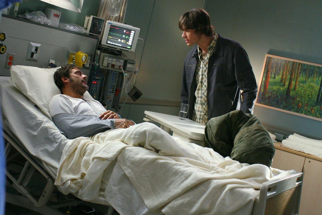 Damit er Dean helfen kann, bittet John (Jeffrey Dean Morgan, l.) Sam (Jared Padalecki, r.), ihm einige Dinge zu besorgen, um einen Dämon rufen zu kö... - Bildquelle: Warner Bros. Television
