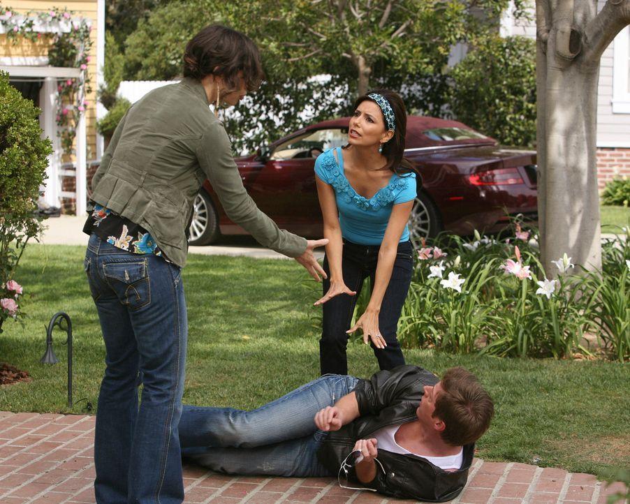 Gabrielle (Eva Longoria, r.) will mit Hilfe von Lee (Kevin Rahm, liegend) aufdecken, dass ihre Untermieterin Ellie (Justine Bateman, l.) eine Prosti... - Bildquelle: ABC Studios