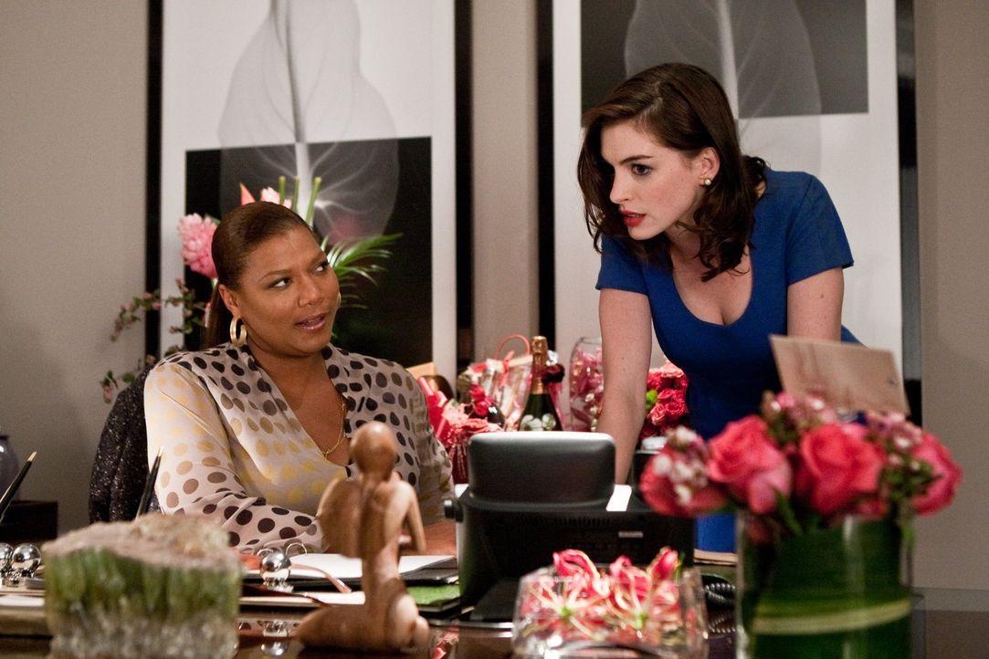 Während Paula Thomas (Queen Latifah, l.) von einem Geheimnis erfährt, versucht ihre Vorzimmerdame Liz (Anne Hathaway, r.), ihr eigenes Geheimnis zu... - Bildquelle: 2010 Warner Bros.