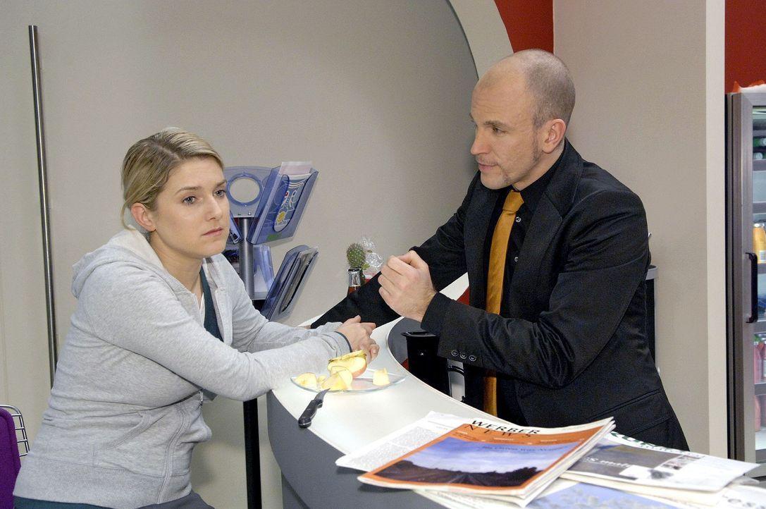 Gerrit (Lars Löllmann, r.) versucht die angeschlagene Anna (Jeanette Biedermann, l.) für seine Interessen einzuspannen ... - Bildquelle: Noreen Flynn Sat.1