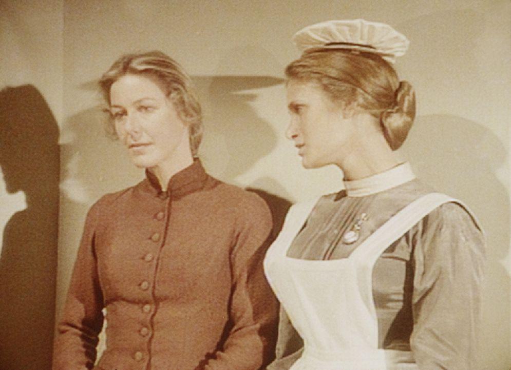 Caroline (Karen Grassle, l.) macht sich große Sorgen um ihre Tochter Mary. Doch Schwester Johnson (Naomi Ross, r.) kann sie beruhigen. Denn Mary bes... - Bildquelle: Worldvision