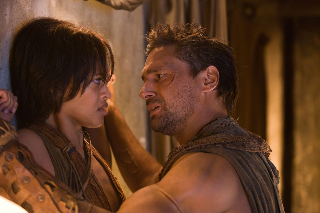 Naevia (Cynthia-Addai Robinson, l.) und Crixus (Manu Bennett, r.) sind zwar wieder vereint, aber die attraktive Sklavin kann die furchtbaren Erinner... - Bildquelle: 2011 Starz Entertainment, LLC. All rights reserved.
