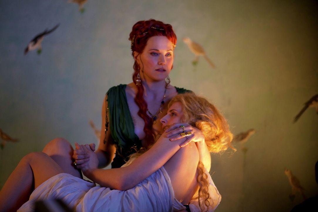 Ein dunkles Geheimnis verbindet Lucretia (Lucy Lawless, hinten) und Ilithyia (Viva Bianca, vorne) ... - Bildquelle: 2010 Starz Entertainment, LLC