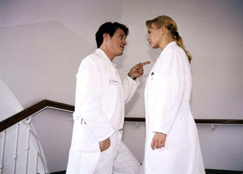 Klaus (Andreas Maria Schwaiger, l.) verärgert seine Ex-Freundin Mala (Floriane Daniel, r.), weil er nicht mit ihr auf den Absolventenball geht. - Bildquelle: Sat.1