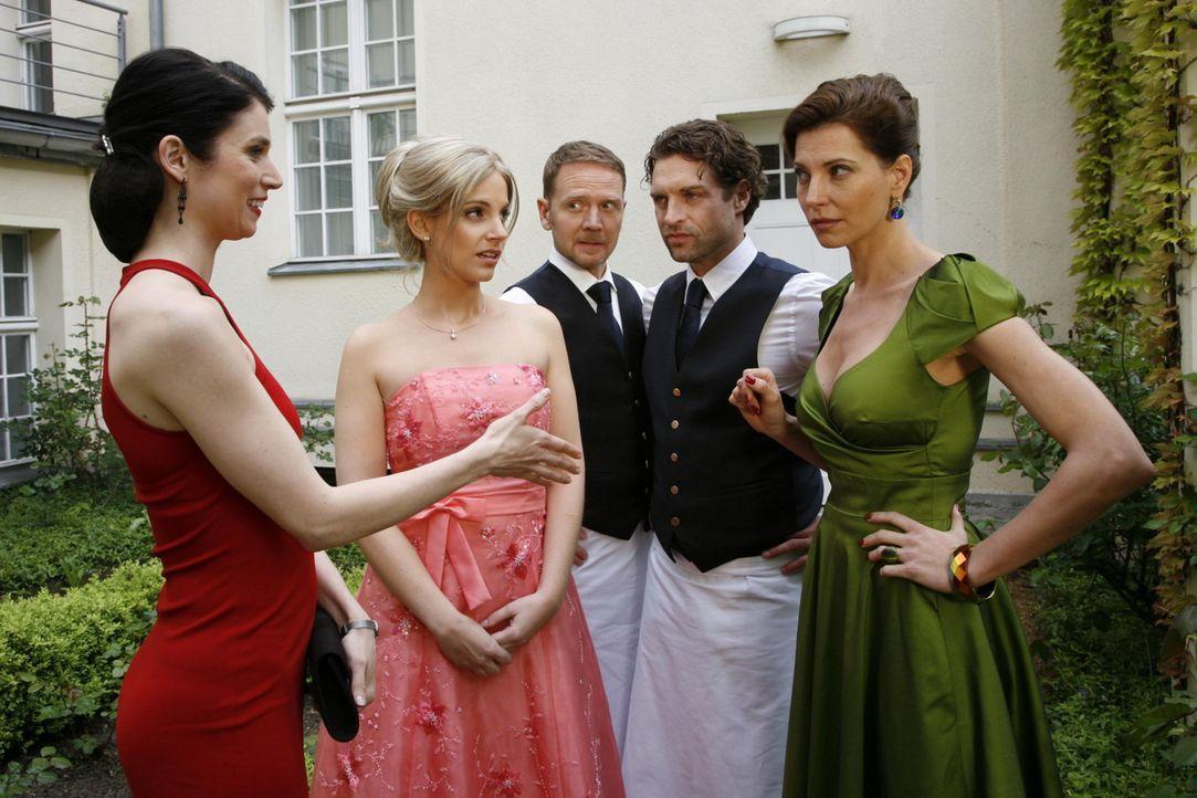 Kann Manu (Marie Zielcke, 2.v.l.) ihre Tarnung aufrecht erhalten? Gina (Elisabeth Sutterlüty, l.), Carlo (Mathias Kahler-Polagnoli, M.), Toni (Ron... - Bildquelle: SAT.1