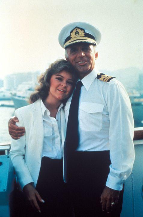 (6. Staffel) - Kapitän Merill Stubing (Gavin MacLeod, r.), seine Tochter (Vicky (Jill Whelan, l.) und die Crew versuchen alles, um ihren Gästen den... - Bildquelle: CBS Studios Inc. All Rights Reserved.