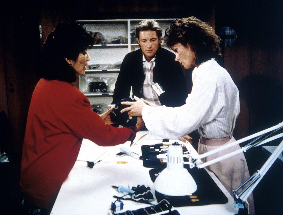 Üben die Handhabung eines Zielpeilgerätes: Mrs. Douglas (Clare Nono, l.) erklärt Amanda (Kate Jackson, r.) und Lee (Bruce Boxleitner, M.), wie das T...