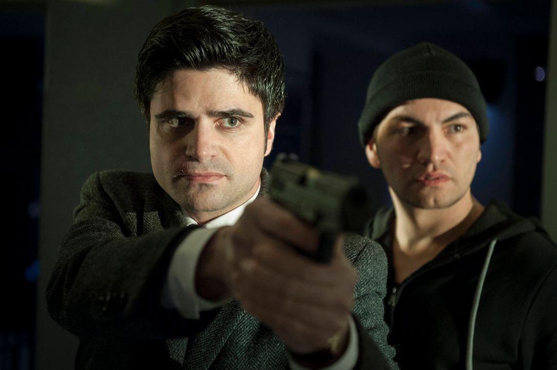 Haben eine eiskalte Killerin im Visier: Andreas (Maximilian Grill, l.) und Ardif (Bülent Sharif, r.) ... - Bildquelle: Martin Rottenkolber SAT.1