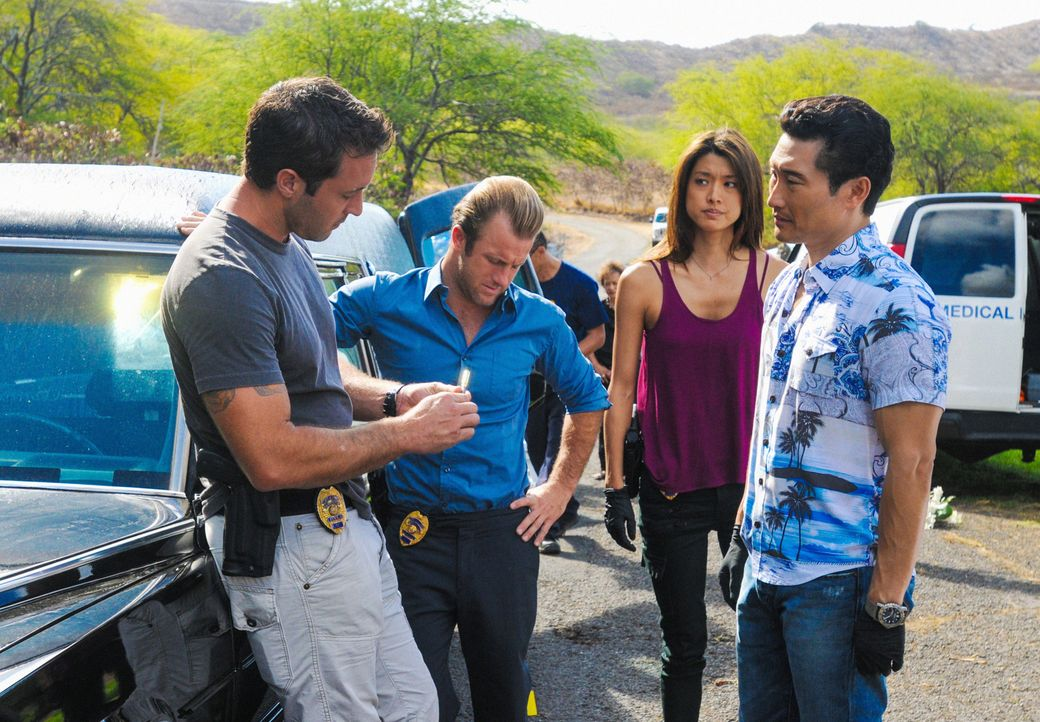 Ein neuer Fall wartet auf Steve (Alex O'Loughlin, l.),  Danny (Scott Caan, 2.v.l.), Chin (Daniel Dae Kim, r.) und Kono (Grace Park, 2.v.r.) ... - Bildquelle: 2012 CBS Broadcasting, Inc. All Rights Reserved.