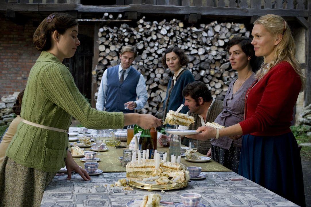 Noch ahnt die Dorfgemeinschaft nicht, dass sie umgesiedelt werden soll und feiert ausgiebig Mannis (Thure Riefenstein, 2.v.l.) Geburtstag. Denn (v.l... - Bildquelle: Richard Hübner Sat.1