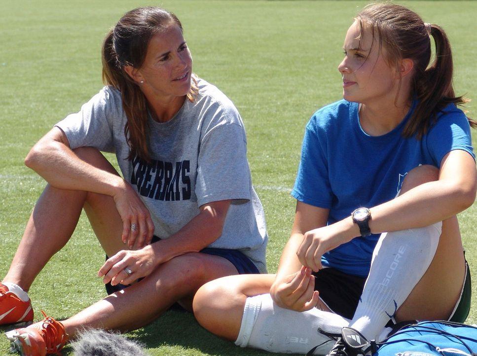Für die 15-jährige Sara (Leah Pipes, r.) gibt es nichts anderes als Fußball.  Mit dem Talent ihres Vaters, Trainer eines Frauen-Fußball-Teams, hat s... - Bildquelle: Showcase Entertainment