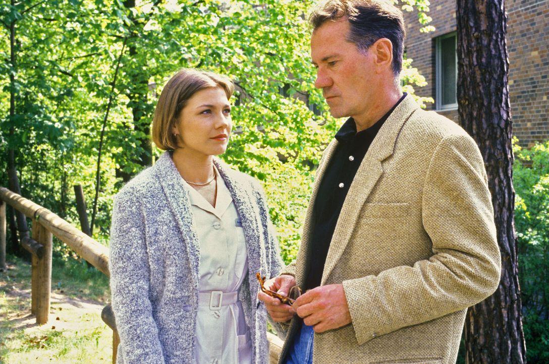 Stephanie (Claudia Schmutzler, l.) versucht Berthold Kunz (Manfred Lehmann, r.) zu erklären, warum seine Frau ihm verschwiegen hat, dass er von sei... - Bildquelle: Noreen Flynn Sat.1
