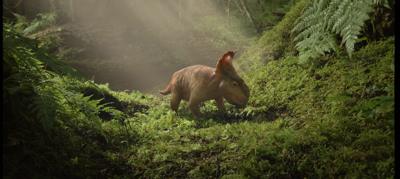Der kleine Pachyrhinosaurus Patchi gilt in seiner Herde schnell als Außenseiter, denn die Großen und Starken geben den Ton an. Als ihn ein Kampf fas... - Bildquelle: 2013 Constantin Film Verleih GmbH.